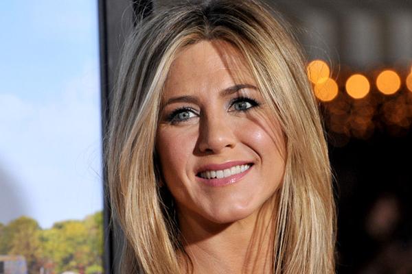 fad1e96edc Retikül.hu - Jennifer Aniston visszahozta a divatba a kényelmes farmert