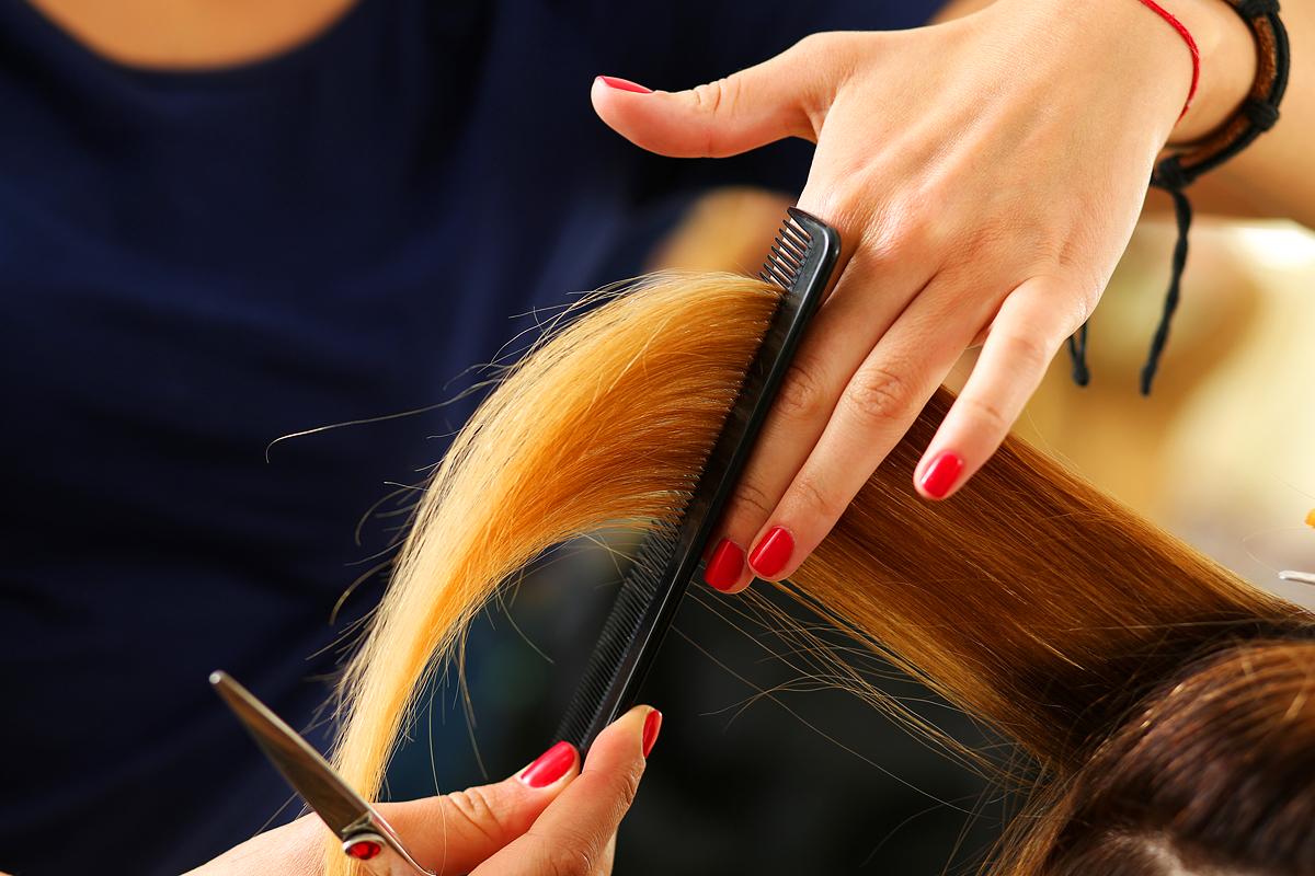 Így frissítsd fel a töredezett hajvégeket otthon: bombabiztos technika