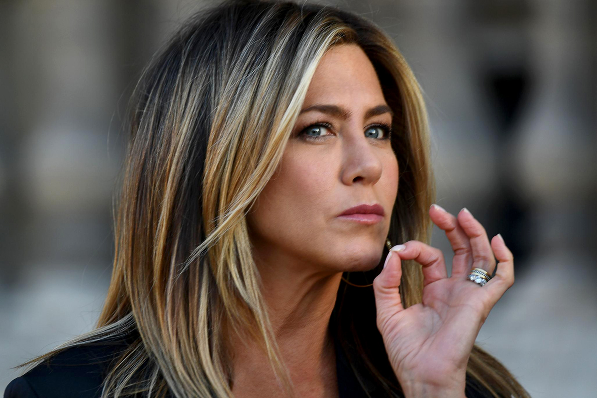89340ef10e A 49 éves Jennifer Aniston olyan dögös farmerban, mintha 20 lenne