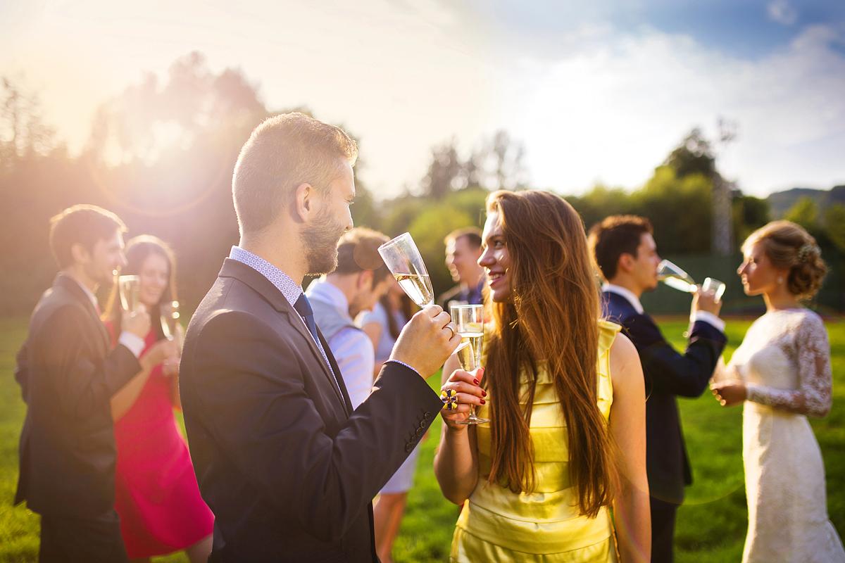 fa1c755fbc Retikül.hu - Így öltözz fel, ha kerti esküvőre vagy hivatalos: lazán ...