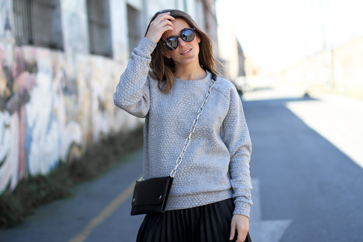 Sportos pulóverek nőies stílusban  így viseld a kapucnis és feliratos  felsőket 74cbf5af96
