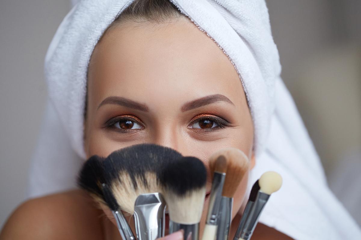 Ha így sminkelsz, fáradtnak és öregebbnek tűnik az arcod: ezeket a hibákat ne kövesd el!