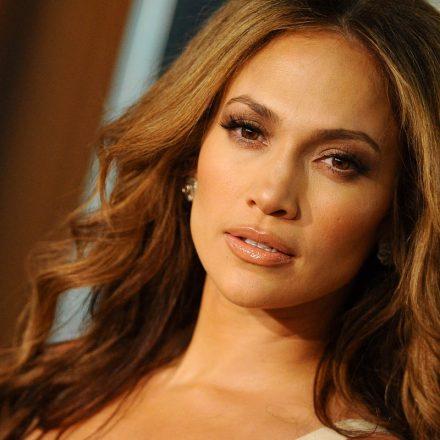 74755c99d4a8 A szemed láttára változik át Jennifer Lopezzé: bárkit megtévesztene  sminkjével ez a nő