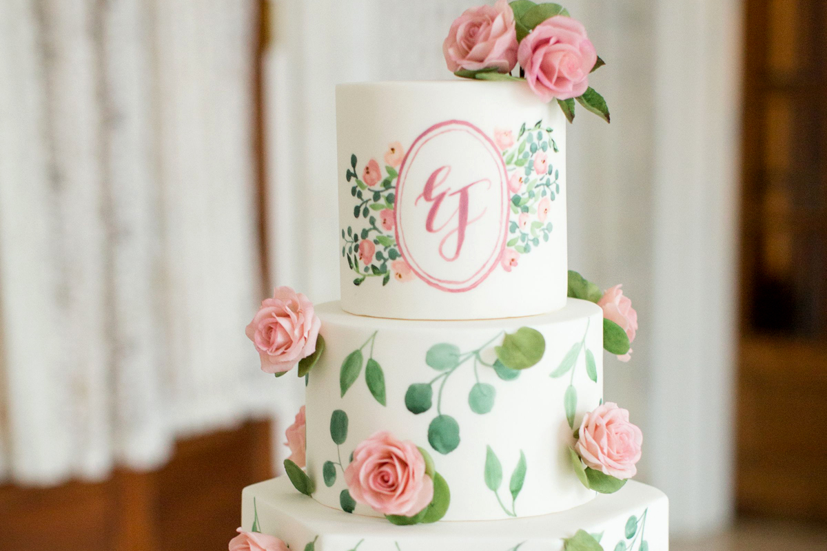 0f1b70c9ae Két betű az esküvői tortán, amitől egyedi és ízléses lesz – Így helyezd el  rajta