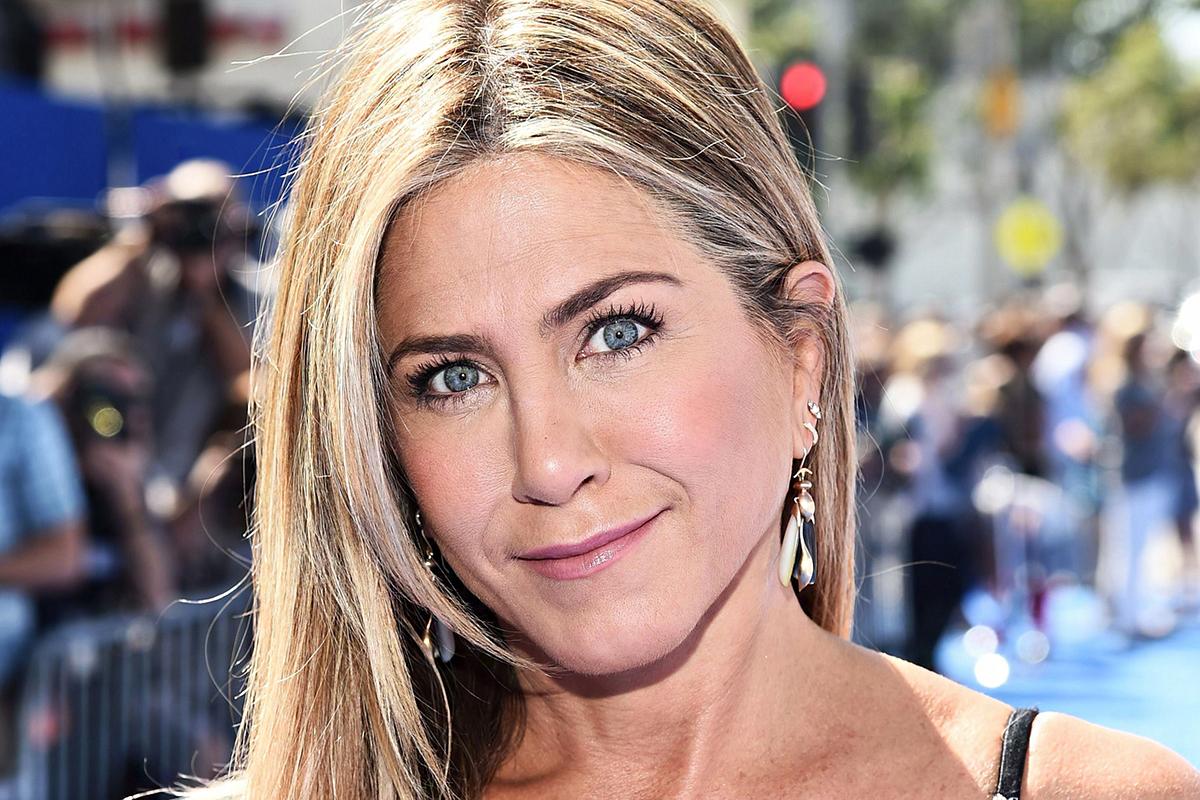 Jennifer Aniston falatnyi ruhát húzott, és elfelejtett melltartót venni: 49 évesen is észbontó az alakja