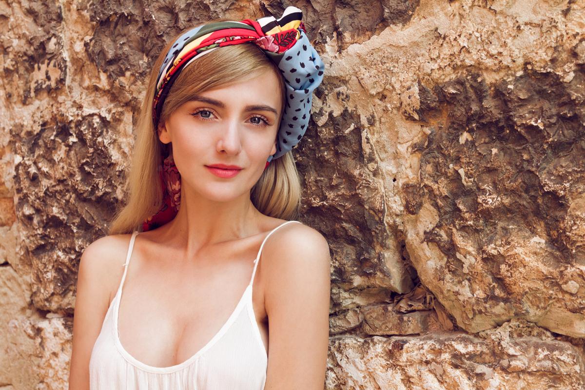 A kendő nyáron is jól jön: gyönyörű frizurát készíthetsz vele 2 perc alatt