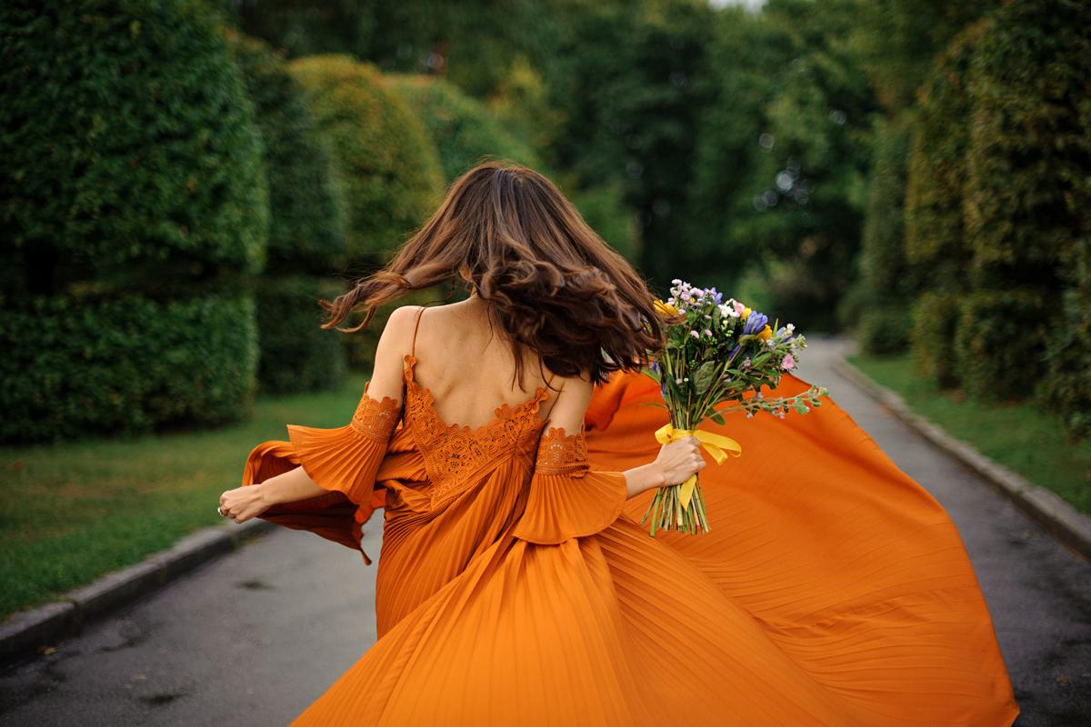 Így lehetsz elegáns az esküvőn, ha tombol a hőség: a legnőiesebb alkalmi ruhák nyárra