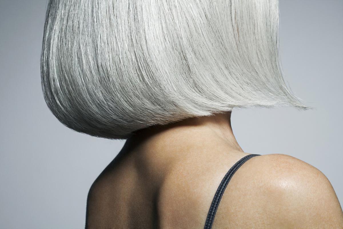 Új frizurát kapott az ősz hajú nő, alig ismert magára: teljesen megfiatalodott a fodrász keze alatt