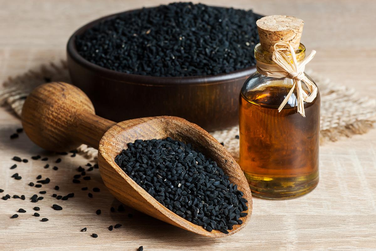 Kleopátra is ezt használta a fürdőszobában: a fekete köménymag olaj kívül-belül szépít