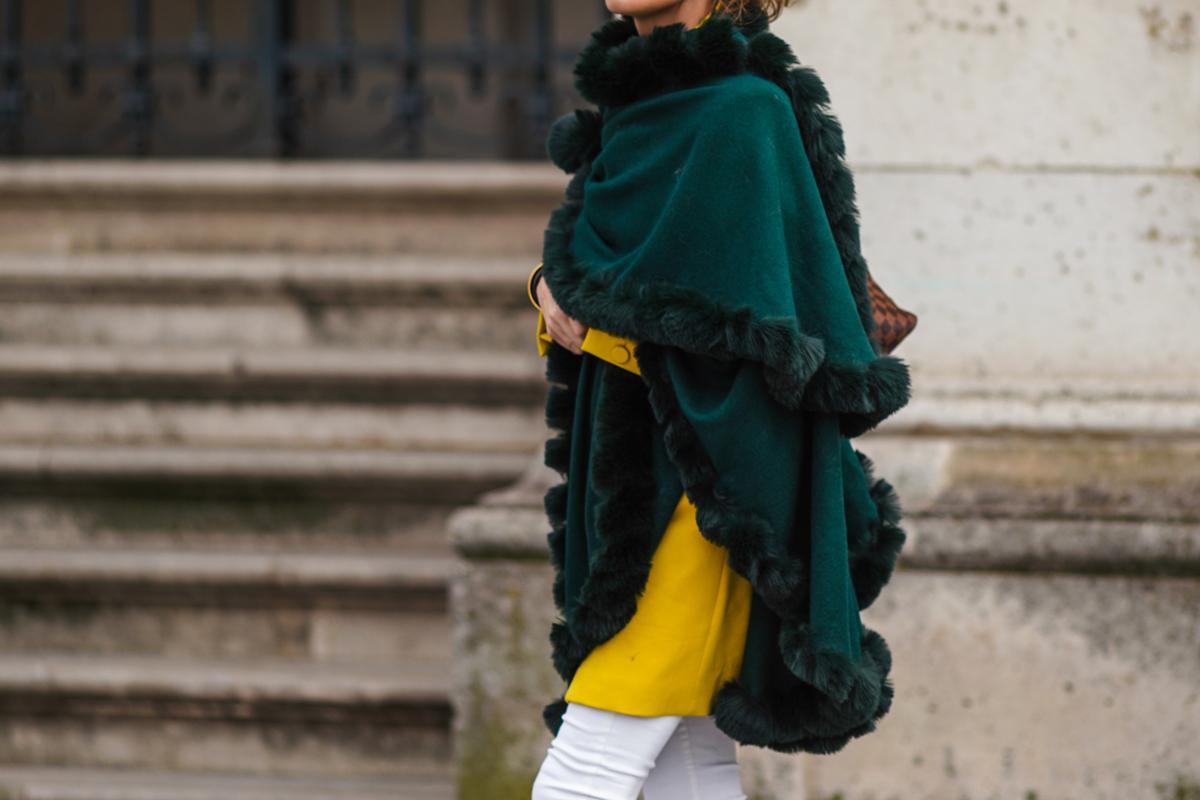 Így viseld a poncsót, hogy igazán stílusos legyen: a legegyszerűbb ruhát is feldobja