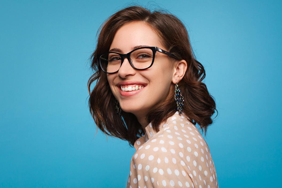 5 nőies, könnyen elkészíthető frizura szemüvegeseknek