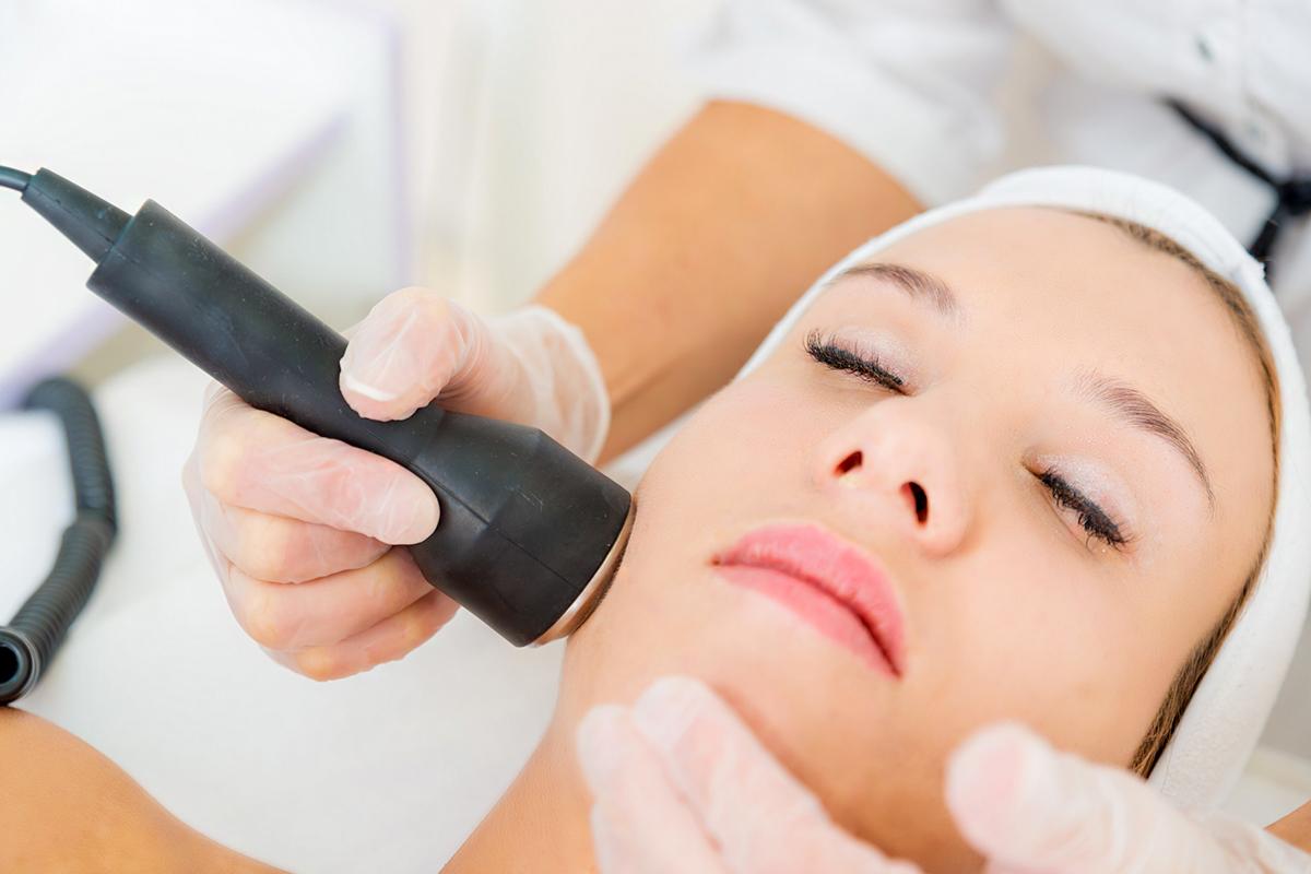 Arcfiatalítás szike nélkül: mintha retusálná a bőrt a lézeres arckezelés