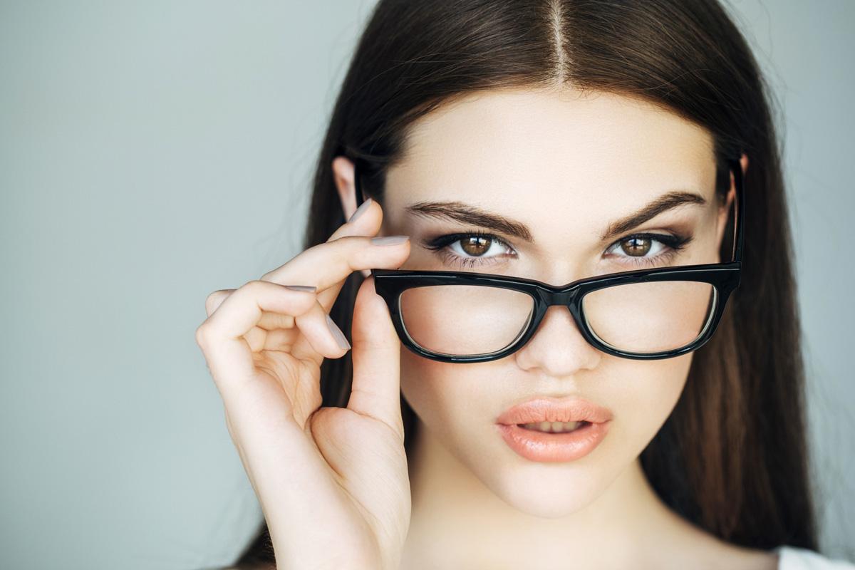6 sminktipp szemüvegeseknek: azonnal kiemelik a tekintetet