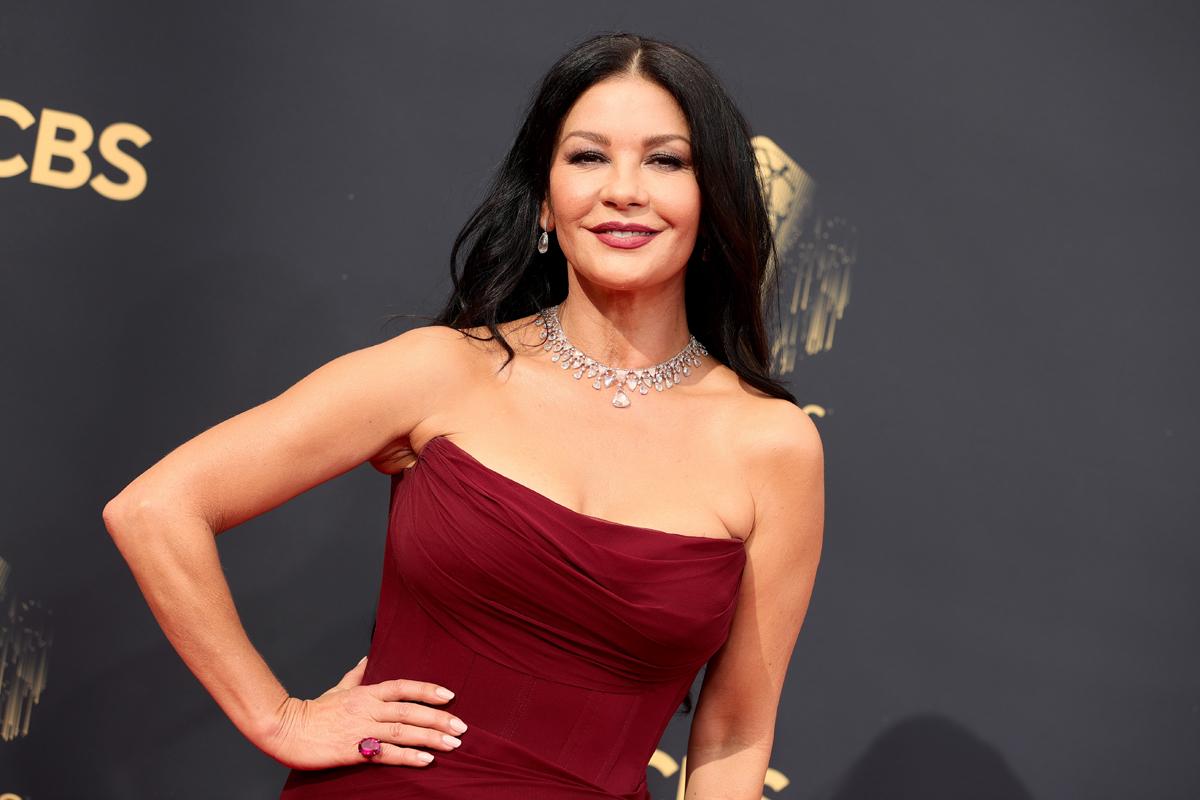 Az 51 éves Catherine Zeta-Jones gyönyörű volt az Emmy-gálán: képeken az est legszebb ruhái